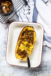 Baked spaghetti squash with vegan bolognese sauce made from lentils, leeks, and carrots - SBDF03841