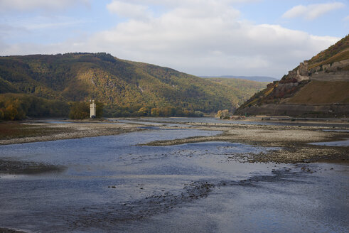 Germany, Rhineland-Palatinate, Bingen, Rhine river, low tide near Nahe mouth, Mouse Tower and Rheinfels - BSCF00586