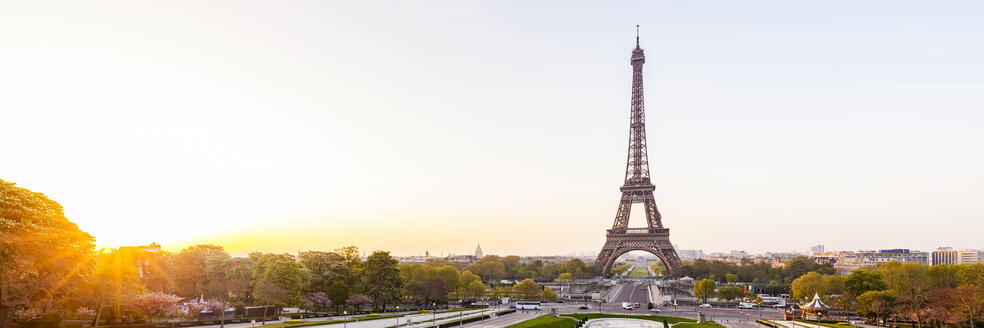 France, Paris, Eiffel Tower with Place du Trocadero and cityscape at sunrise - WDF04867