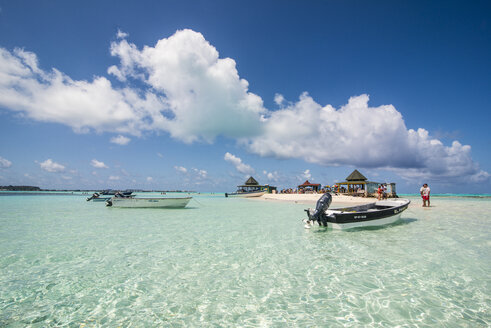 Carribean, Colombia, San Andres, tourists and boats in resort on El Acuario - RUNF00242