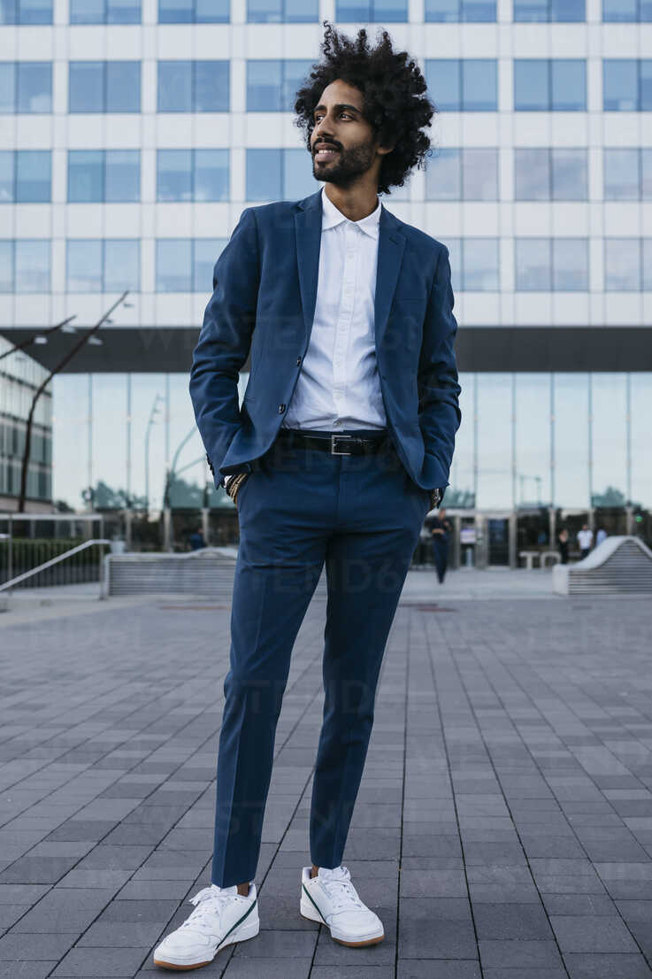 Spain, Barcelona, stylish young businessman standing in the city - JRFF02072 - Josep Rovirosa/Westend61