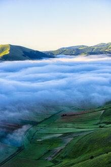 Italy, Umbria, Sibillini National Park, Piano Grande di Castelluccio di Norcia in the morning, fog - LOMF00753