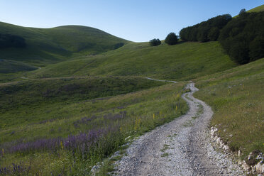 Italy, Umbria, Sibillini National Park, Dirt road in the SIbillini mountains - LOMF00780