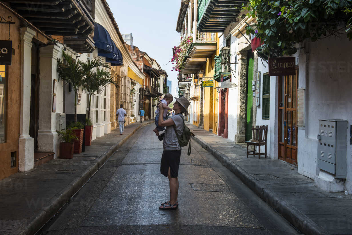 Colombia, Cartagena, Old town, mother holding her baby - RUNF00259 - Michael Runkel/Westend61