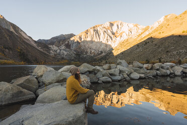 USA, California, Yosemite National Park, Mammoth lakes, hiker sitting at Convict Lake - KKAF03026