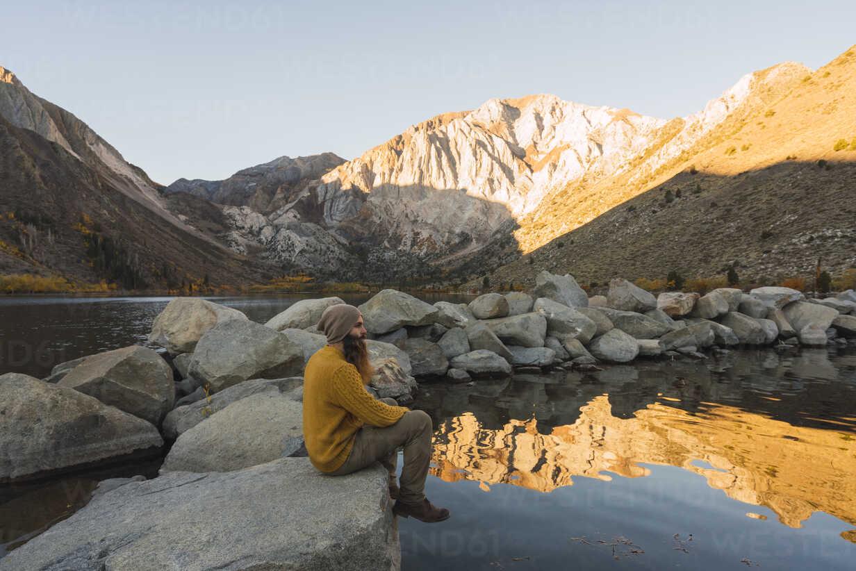 USA, California, Yosemite National Park, Mammoth lakes, hiker sitting at Convict Lake - KKAF03026 - Kike Arnaiz/Westend61
