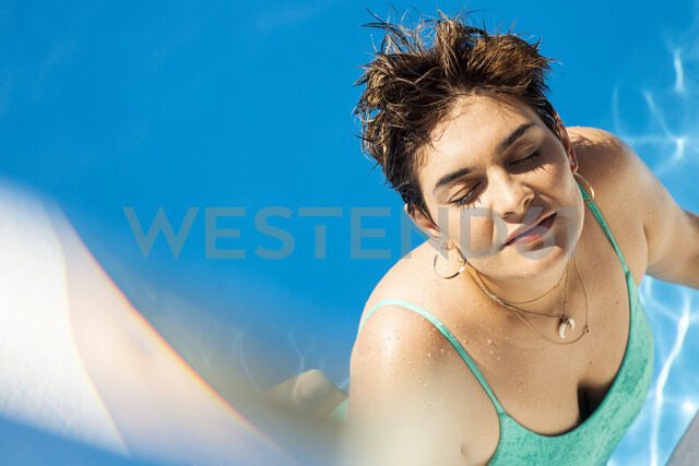 Portrait of young woman relaxing in swimming pool - ERRF00134 - Eloisa Ramos/Westend61