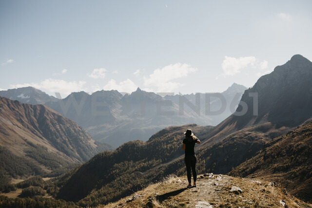 Switzerland, Engadin, woman standing in mountainscape - LHPF00129 - letizia haessig photography/Westend61