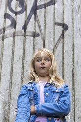 Portrait of blond girl with eyes wide open - JFEF00923