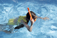 Lttle girl with snorkel and diving goggles in swimming pool - ERRF00161