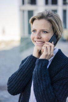 Young businesswoman using mobile phone - MOEF01688