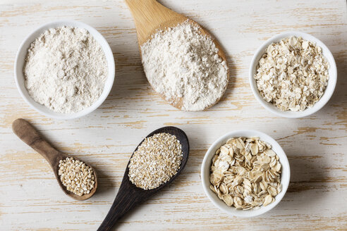 Two variations of oat flakes, oat bran, oatmeal and steel-cut oats - EVGF03380