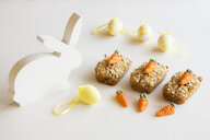 Three mini carrot cakes with marzipan carrots and Easter decoration - EVGF03383