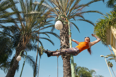 USA, California, Los Angeles, Marina Del Rey, Sporty woman on a lamp post, poledance - SEEF00045