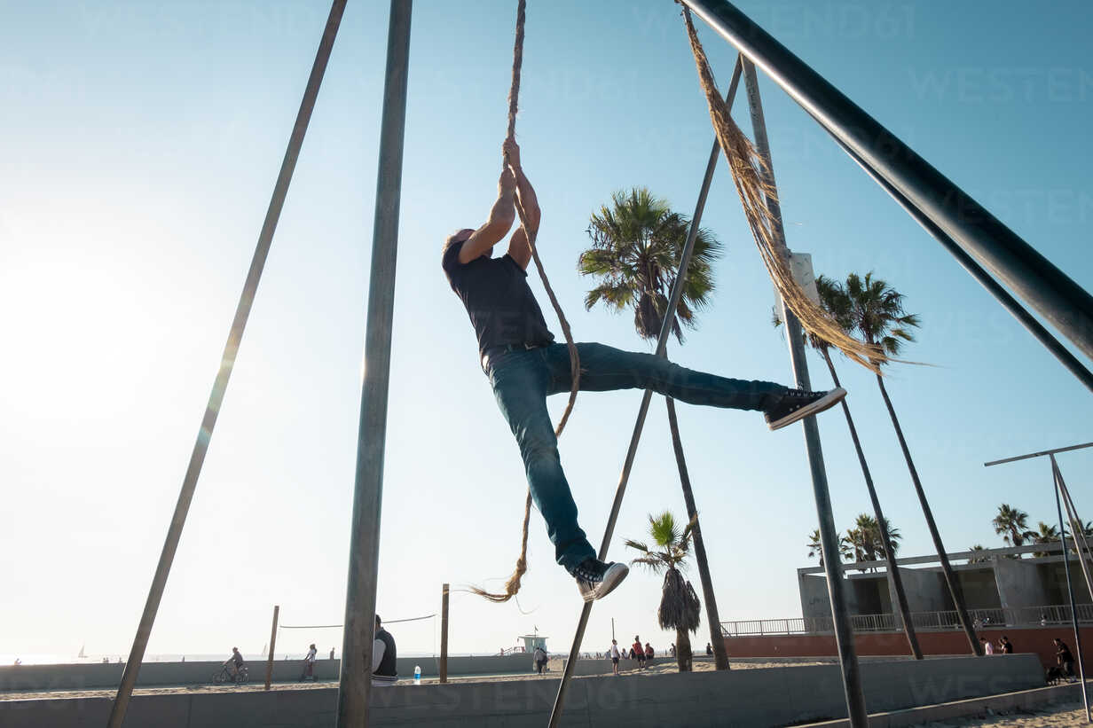 USA, California, Los Angeles, Venice, Man on the rope at Muscle Beach - SEEF00051 - seenic/Westend61