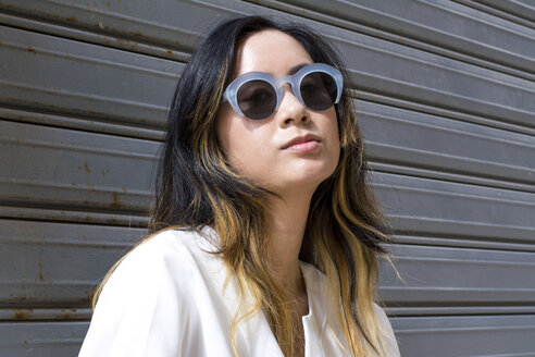 Portrait of young woman wearing fashionable sunglasses - LMJF00013