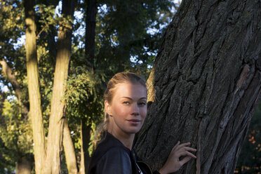 Portrait of smiling woman in nature - LMJF00028