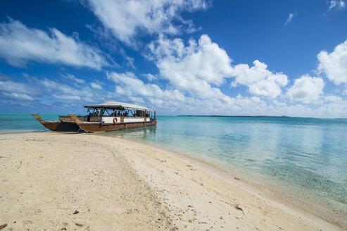 Cook Islands, Rarotonga, Aitutaki lagoon, traditional boat at the beach - RUNF00280