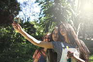 Three smiling young woman taking a selfie - INGF08164