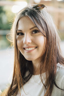 Close-up portrait of smiling young woman with brown hair - MASF09799