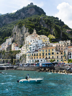 Italy, Amalfi, view to the historic old town - AM06339