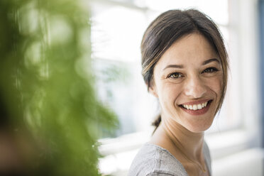 Portrait of a laughing woman - MOEF01810