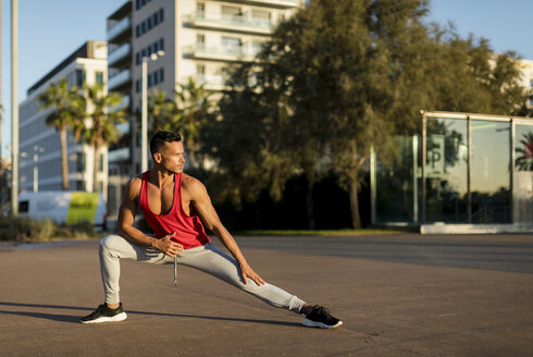Fit man warming up before workout, doing lunges - MAUF01747