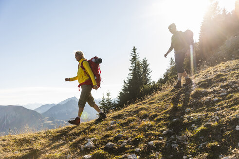 Couple hiking in the Austrian mountains - UUF15989