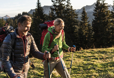 Couple hiking in the Austrian mountains - UUF16025