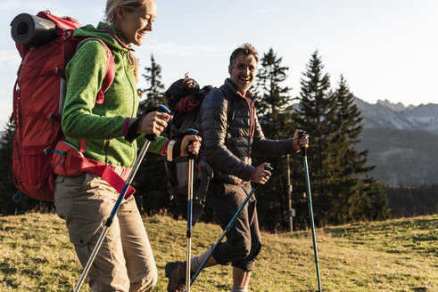 Couple hiking in the Austrian mountains - UUF16028