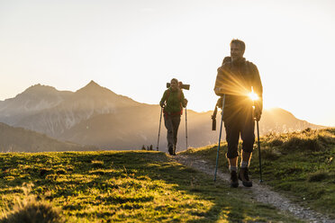 Couple hiking in the Austrian mountains - UUF16034