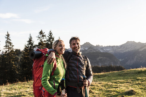 Couple hiking in the Austrian mountains - UUF16037