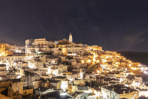 Italy, Basilicata, Matera, Townscape and historical cave dwelling, Sassi di Matera at night - WPEF01183