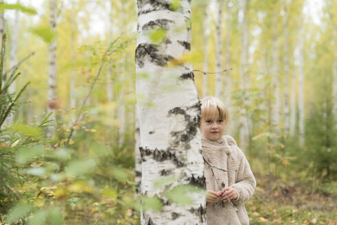 Portrait of blond girl playing in birch forest - PSIF00179