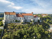 Germany, Bavaria, Burghausen, city view of old town and castle, Salzach river - JUNF01541