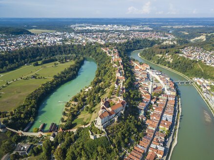 Germany, Bavaria, Burghausen, city view of old town and castle, Salzach river - JUNF01547