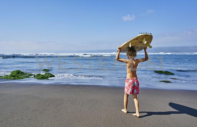 Chile, Pichilemu, boy carrying surfboard at the sea - SSCF00118 - Stefan Schütz/Westend61
