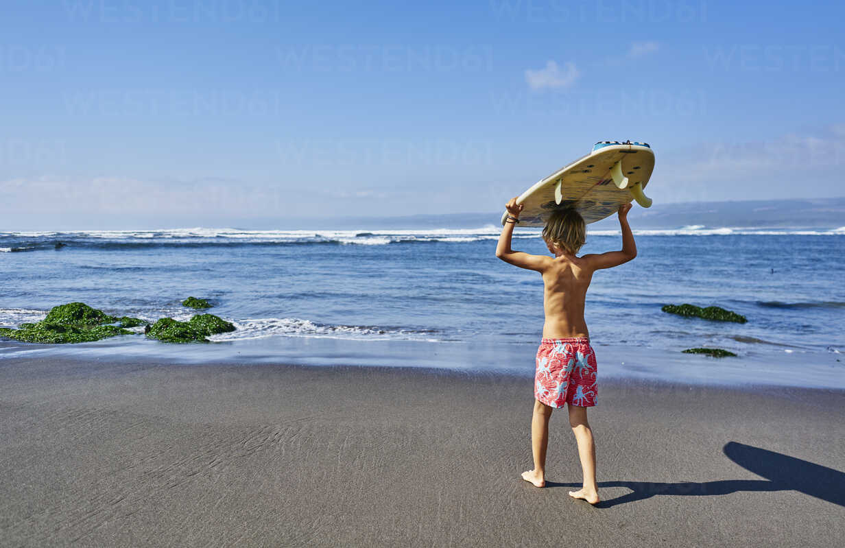 Chile, Pichilemu, boy carrying surfboard at the sea - SSCF00118 - Stefan Schütz/Westend61