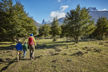 Chile, Cerro Castillo, mother with two sons on a hiking trip - SSCF00229