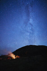 Chile, Tierra del Fuego, Lago Blanco, people at campfire under starry sky at night - SSCF00271