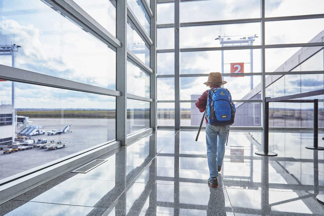 Boy with backpack at the airport running towards departure gate - SSCF00346 - Stefan Schütz/Westend61