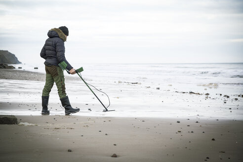 Man with metal detector at the sand beach - REAF00506