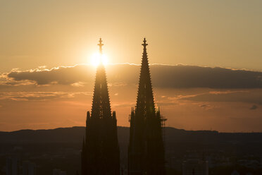 Germany, Cologne, silhouettes of  spires of Cologne Cathedral at sunset - SKAF00073