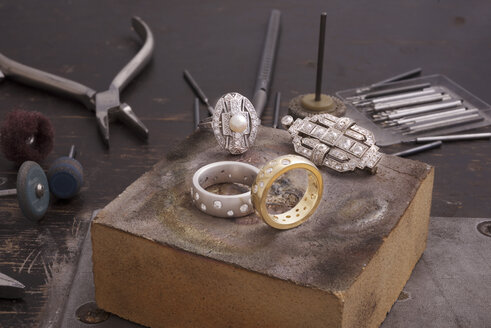 Upcycling of old-fashioned jewellery - SKAF00079