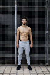 Sportive young man during workout, shirtless - MAUF01883