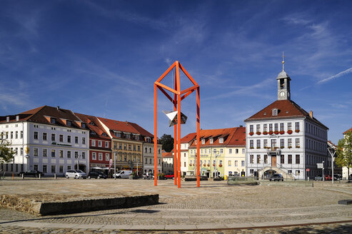 Germany, Saxony, Bischofswerda, Market place Altmarkt, townhall and sculpture 'Mediaturm' - BTF00492