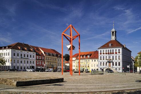 Germany, Saxony, Bischofswerda, Market place Altmarkt, townhall and sculpture 'Mediaturm' - BTF00492