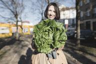 Brüssel, Belgium. Eine lachende Frau mit  Kopfsalat - KMKF00676
