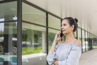 Mature woman on the phone outdoors - JUNF01596