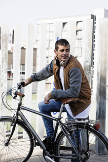 Young man with bicycle in the city - ERRF00407